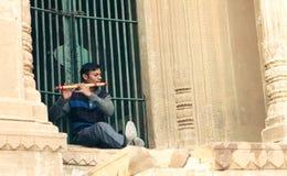 一名孤独的长笛演员在瓦腊纳西 库存照片