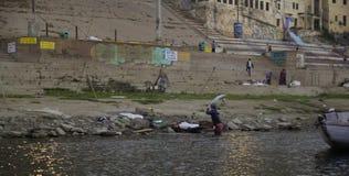 一名孤立取送衣服的人在河恒河 免版税库存图片