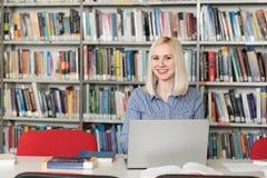 一名学生的画象在图书馆里 图库摄影