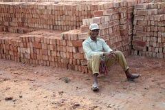 一名工作者在砖工厂 免版税库存图片