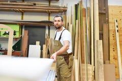 一名工作者的画象在一个细木工技术在工作场所-木材加工里 库存图片