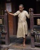 一名年轻修士在加德满都 库存照片