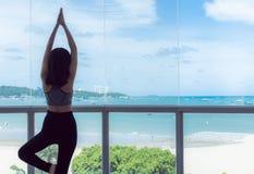 一名年轻健康妇女实践瑜伽 免版税图库摄影