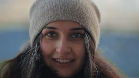 一名年轻可爱的妇女的画象在冬天 股票视频
