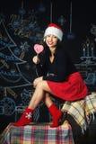 一名年轻快乐的妇女的画象在圣诞节的前夕 库存图片