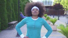 一名年轻正面运动员非裔美国人的妇女的画象有一种非洲式发型的在背景  影视素材