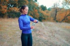 一名年轻白种人运动妇女以后打开一个瓶用水 库存图片
