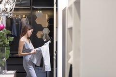 一名年轻秀丽亚裔妇女的画象获得购物乐趣由pi 免版税库存照片