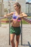 一名年轻秀丽运动妇女 免版税库存照片
