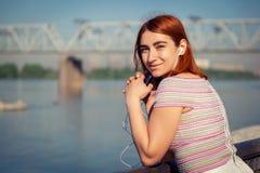 一名年轻红发妇女在公园 免版税库存照片