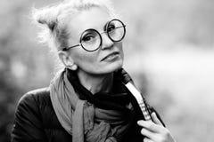 一名年轻美丽的妇女的画象白肤金发在玻璃 免版税库存图片