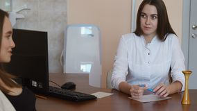 一名年轻美丽的孕妇走向与一位医生的咨询关于分娩段落  之间对话 股票视频