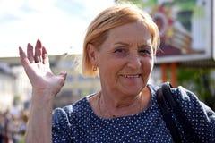 一名年长妇女乘胜利天的机会 免版税库存图片