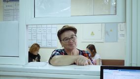 一名年长妇女在医院登记窗口附近站立 股票视频