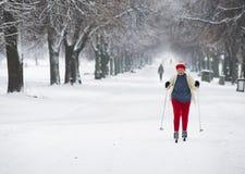 一名年长妇女在去横穿全国的滑雪 免版税库存图片