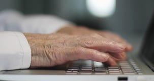 一名年长妇女的手的特写镜头有皱痕的键入在键盘的 影视素材