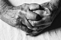一名年长妇女的横渡的手软的焦点黑色和whi的 库存图片