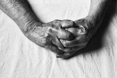 一名年长妇女的横渡的手软的焦点黑色和whi的 免版税图库摄影