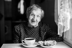 一名年长妇女的画象有一杯茶的 免版税图库摄影