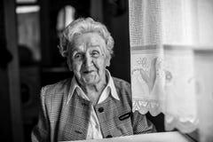 一名年长愉快的妇女的黑白画象 库存照片