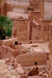 一名引人入胜的阿拉伯妇女在Aït Benhaddou拍摄了在摩洛哥 库存图片