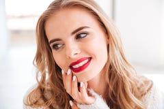一名微笑的可爱的妇女的画象有红色唇膏的 库存图片