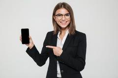 一名微笑的愉快的女实业家的画象镜片的 免版税库存照片