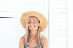 一名微笑的白肤金发的在她的面孔的妇女和雀斑的画象有被晒黑的皮肤的 免版税库存图片