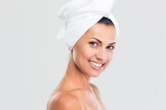 一名微笑的美丽的妇女的秀丽画象有新鲜的皮肤的 免版税库存照片