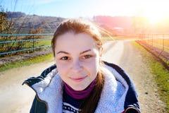 一名微笑的美丽的年轻旅游妇女的画象有diffe的 免版税库存图片
