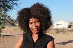 一名微笑的美丽的非洲妇女的室外画象 免版税图库摄影