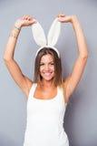 一名微笑的逗人喜爱的妇女的画象有兔宝宝耳朵的 免版税库存图片