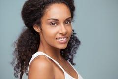 一名微笑的非洲妇女的画象 免版税库存照片
