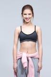 一名微笑的年轻健身妇女的画象 免版税图库摄影