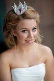 一名微笑的年轻白肤金发的妇女的特写镜头画象有充分的嘴唇的 库存图片