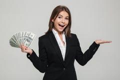 一名快乐的激动的女实业家的画象衣服的 免版税库存图片