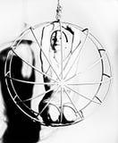 一名性感的妇女的剪影金属笼子的,黑白 免版税图库摄影