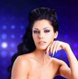 一名性感的妇女的面孔有蓝色钉子的 免版税图库摄影