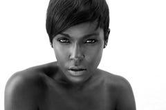 一名性感的非裔美国人的妇女的黑白画象 图库摄影