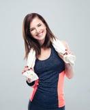 一名愉快的健身妇女的画象有毛巾的 图库摄影