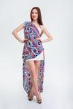 一名愉快的妇女的全长画象时尚礼服的 免版税库存照片