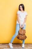 一名愉快的妇女的全长画象有背包的 库存照片