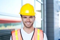 一名愉快的建筑工人的纵向 免版税库存图片