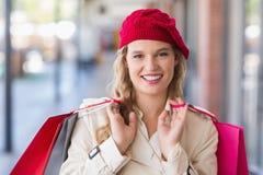 一名愉快的微笑的妇女的画象有购物袋的 免版税库存照片