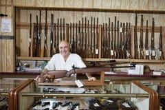 一名愉快的武器店主的画象 免版税图库摄影