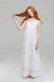 一名愉快的红头发人妇女的全长画象礼服的 库存照片