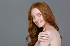 一名愉快的红头发人妇女的秀丽画象 免版税库存照片