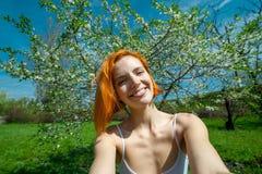 一名愉快的红头发人妇女的画象,自画象图片 免版税库存图片