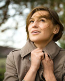 一名愉快的美丽的妇女的纵向在秋天公园 库存照片