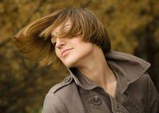 一名愉快的美丽的妇女的纵向在秋天公园 免版税图库摄影